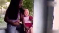 实拍小女孩玩娃娃,下一秒竟露诡异目光看向她