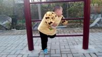 村里广场上,两个小孩玩耍