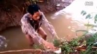 山村男子用祖传绝技捉鱼