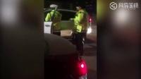 男子拒查酒驾持刀威胁交警 冲撞警车后逃逸