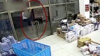 欠下高利贷实施偷盗 监拍19岁男子潜入京东站点偷苹果手机
