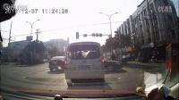 实拍电瓶车撞上小车后加油门就跑