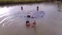 小伙子们在水坑里戏水,弄渔网!