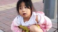 小女孩尿尿(喝了太多水,要在路邊)