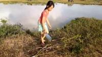 农村小妹妹用简易材料制作捕鱼工具,抓了好几条大鱼