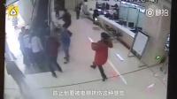 小伙好身手!3秒翻桌跳梯救起老人