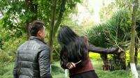 陆良小伙在西华公园遭美女强吻,结果。。