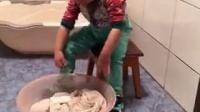 2岁的宝宝帮妈妈洗衣服
