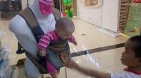 在婴儿用品店玩模特