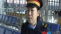 【拍客】旅客发作癫痫病 火车站工作人员合力救助