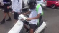 驾驶技术糟糕 小伙骑不好摩托车遭嘲笑