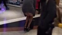 美女大街上不穿内裤逛超市全部都露出来了
