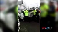 湖北违法司机暴力抗拒执法 强行抢道冲撞交警