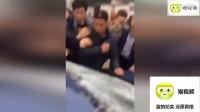 小伙劝架被打 邀朋友进村讨说法 遭愤怒村民打砸掀车