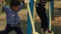 3岁小孩玩健身器材2