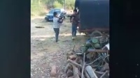 两个小孩打仗