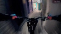 骑山地车在城市楼梯上玩速降 眩晕感十足