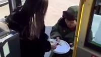美女坐公交,突然发现忘带零钱,机智解决问题