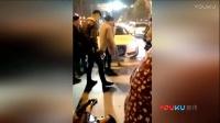 奥迪女司机撞人后踢打躺地伤者:别装想要多少钱