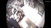 老虎潇洒走进超市,老板吓瘫顾客慌逃