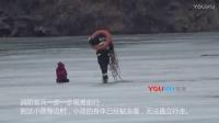 """【拍客】陕西榆林一男孩被困冰面情况危急  消防用救生圈当""""冰车""""将其救出"""