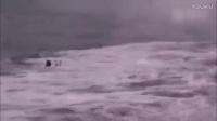 火山岩浆流入海中 美国夏威夷男子旁边游泳自拍