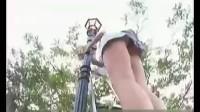 美女穿短裙爬梯子恶搞一群色狼www.55wd.com