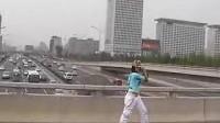 北京四环主路上夜店女狂舞