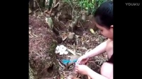 泰国美女展示特殊技能,在树林布陷阱抓野鸡,一抓一个准!