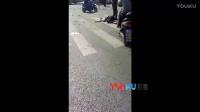 【拍客】郑州一面包车闹市区发疯连撞十多电动车