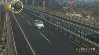 监控:货物掉落 货车司机高速上倒车1公里