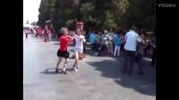 实拍 小女孩公园陪奶奶跳广场舞《爱拼才会赢》吸引了数人的眼球