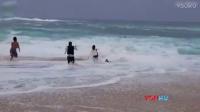 男孩夏威夷海滩被海浪卷入 路人勇敢救助