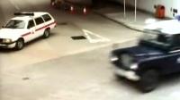 劫匪拔掉手雷弹,被一枪爆头炸粉碎!