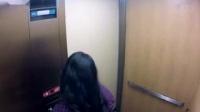 小女孩电梯扮鬼吓人被肌肉男一脚踹晕