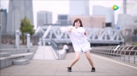 日本女孩街头热舞,我想问衬衫下面穿的啥?.mp4
