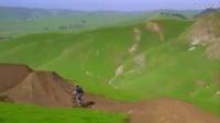 无人机飞友航拍山上自行车极限运动 风情不错,