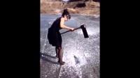 穿高跟鞋的美女拿斧头凿冰,搞笑恶搞视频!