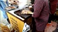 实拍:街边摊二元一串烤鱿鱼,一小时卖出上千串,两秒被秒光!