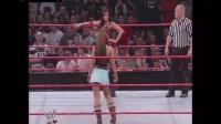 WWE女子摔角米奇VS米歇尔赛中搭档崔西被黑衣人绑
