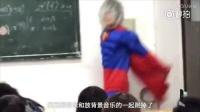 """【#杀马特疯狂闹课堂# :跪喊女老师""""妈妈,再打我一次""""[摊"""