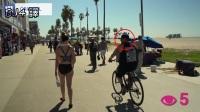 模特儿上着「彩绘比基尼」在人来人往的海滩上