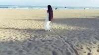 咋了爸爸 美女海边沙滩演绎,长发和背影杀手呀