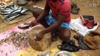印度街头男子卖鱼,小鱼去鳞切成块再卖,网友: 好贴心的卖家
