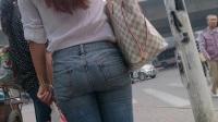 街拍等公交紧身牛仔裤宽臀微熟女.mp4