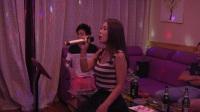 《你叫说》KTV美女唱歌 身边突然多了个掉裤子的