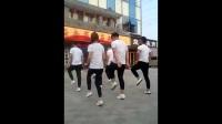 这美女帅哥跳的广场舞节奏太快了,完全跟不上