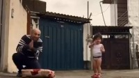 小女孩穿尿布时就开始练体操,同龄人走路还摔跤,她就能后空翻