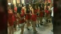 越南餐馆开店时,安排约30名身穿红色制服的女子造势