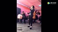 农村歌舞团美女唱歌,吸引附近众人围观,唱得
